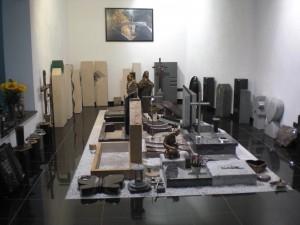 Faust_Natursteine_Urnengrab_Ausstellung_Indoor_02
